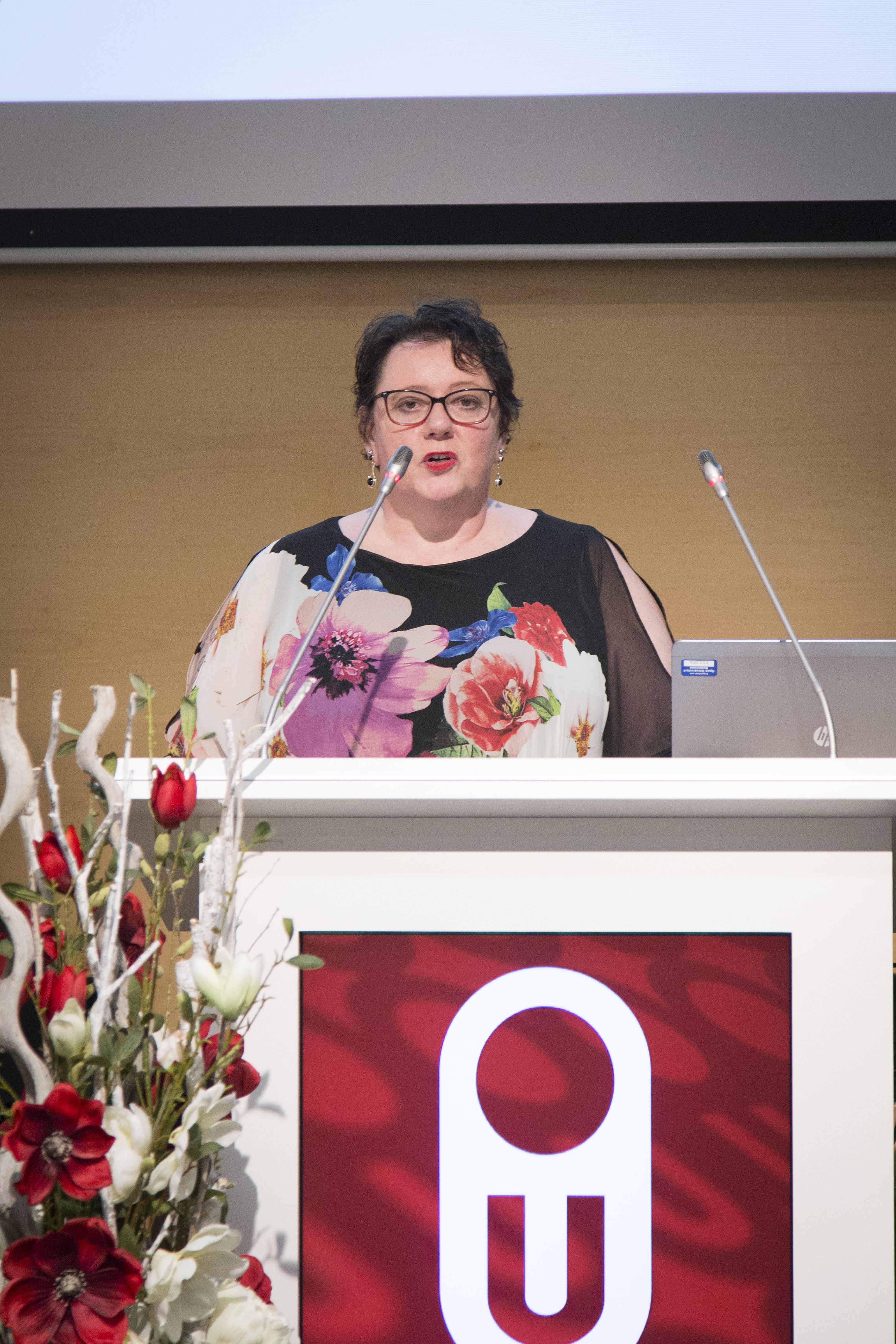 Dr. Lilian Jans-Beken geeft een lezing over dankbaarheid.
