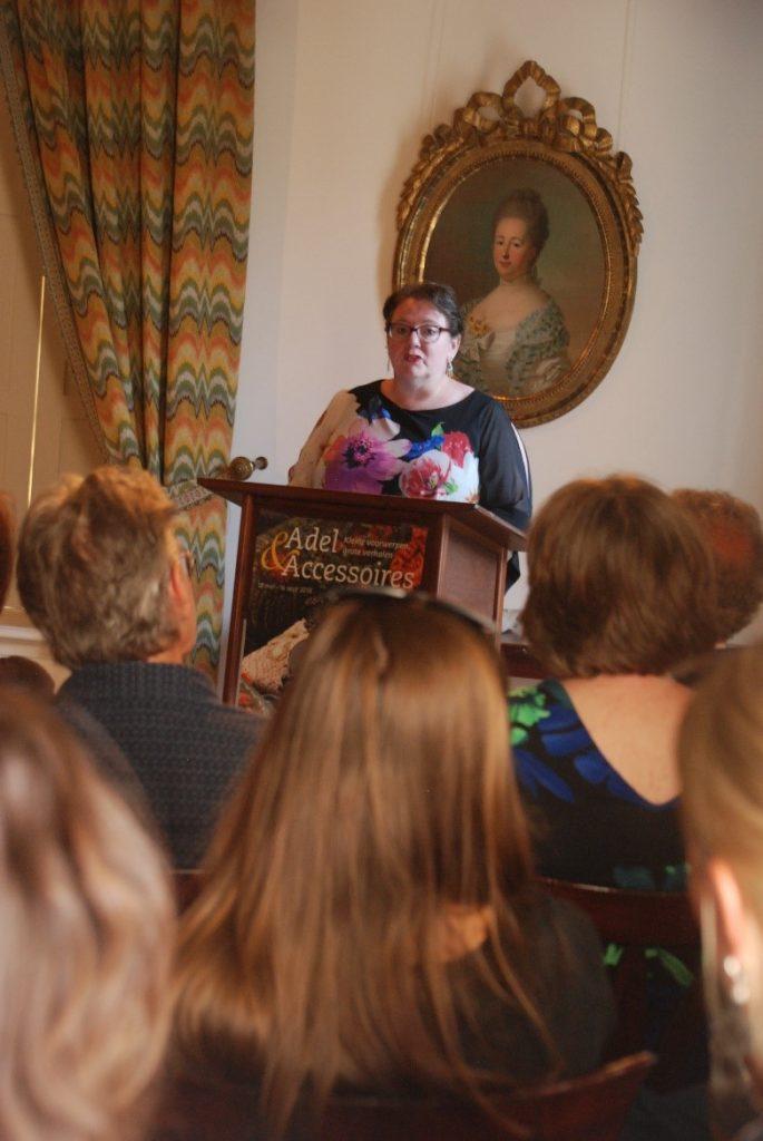 Dr. Lilian Jans-Beken is lecturing about gratitude.